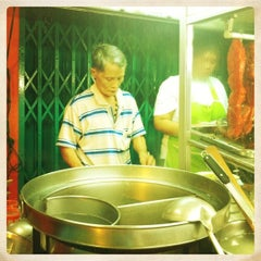 Photo taken at บะหมี่ไข่ลุงเฉื่อย (Lung Cheay Egg Noodles) by Anunta I. on 3/21/2012