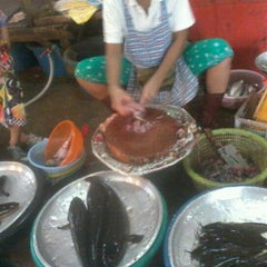 Photo taken at ตลาดสดเมืองทุ่งสง by HONEY BEE on 6/9/2012