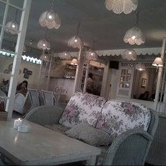 Photo taken at Giggle Box Café & Resto by Fernando T. on 8/16/2012