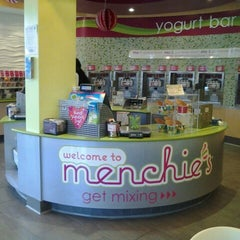 Photo taken at Menchie's Frozen Yogurt by Moises S. on 2/11/2012