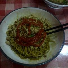 Photo taken at Mie Yamien Mang Ade by Syaefull A. on 1/2/2012