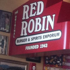 Photo taken at Red Robin Gourmet Burgers by Steven S. on 3/17/2012