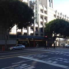 Photo taken at Fifth & Mission / Yerba Buena Garage by Ian M. on 8/27/2012