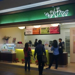 Photo taken at Eskimo Café & Fruit Dessert Bar by Desver G. on 1/14/2011