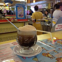 Photo taken at Harbour Bar Ice Cream Parlour by Kyoko on 7/20/2012