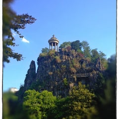 Photo taken at Parc des Buttes-Chaumont by Buuz F. on 8/8/2012