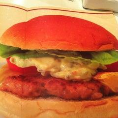 Photo taken at Achapa Hamburger by LUCIANA S. on 2/21/2012