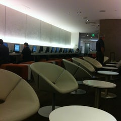 Photo taken at Oneworld Business Lounge by Dennis V. on 10/12/2011