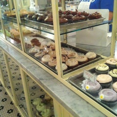 Photo taken at Magnolia Bakery by Alex P. on 8/26/2012