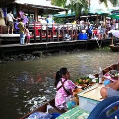 Photo taken at ตลาดน้ำตลิ่งชัน (Taling Chan Floating Market) by Nueng on 6/19/2011