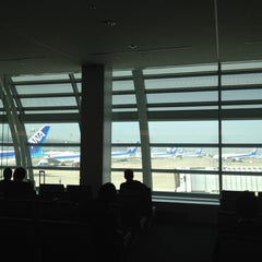 Photo taken at エアポートラウンジ - 羽田空港 第1旅客ターミナル 南 by Junji K. on 4/29/2012