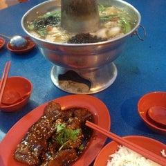 Photo taken at Nan Hwa Chong Fish-Head Steamboat Corner (南华昌亚秋鱼头炉) by Teo P. on 5/15/2012