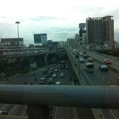Photo taken at ทางคู่ขนานลอยฟ้าบรมราชชนนี (Borommaratchachonnani Elevated Highway) by Chally B. on 9/15/2011