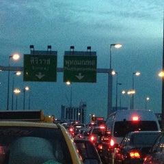 Photo taken at ทางคู่ขนานลอยฟ้าบรมราชชนนี (Borommaratchachonnani Elevated Highway) by Oaddy A. on 7/19/2012