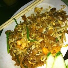 Photo taken at 118 KK Food Court by TracybiiBII 盈 on 4/5/2011