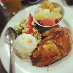 Photo taken at Kenny Rogers Roasters by Shida R. on 8/4/2012