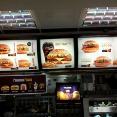 Photo taken at McDonald's by Guilherme J. on 11/15/2011