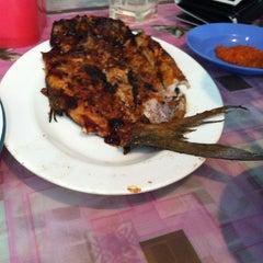 Photo taken at Restoran Balikpapan Seafood by YatIe R. on 7/18/2012
