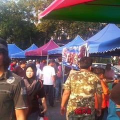 Photo taken at Pasar Malam Taman Andalas by Semutar H. on 7/28/2012