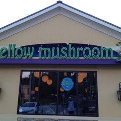 Photo taken at Mellow Mushroom by Robert M. on 8/26/2012