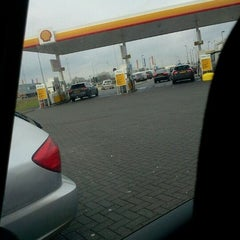Photo taken at Shell De Lucht-Oost by Boudewijn C. on 12/23/2011