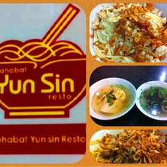 Photo taken at Mie Sahabat Yun Sin by evie d. on 10/2/2011