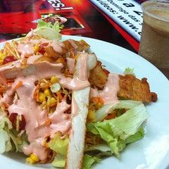 Photo taken at Verde Saladas e Sucos by Gustavo Z. on 9/8/2012