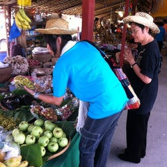 Photo taken at ตลาดโก้งโค้ง บ้านแสงโสม (Talard Kong Khong) by Krumam S. on 3/4/2012