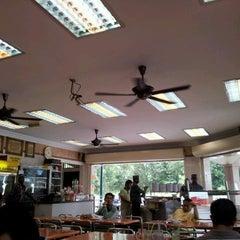 Photo taken at Nasi Kandar Makbul by Jesen K. on 9/29/2011