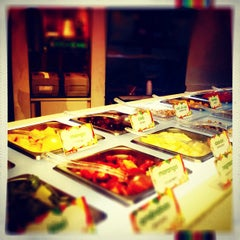 Photo taken at Tutti Frutti Frozen Yogurt by Luiza T. on 9/8/2012