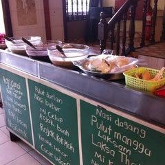 Photo taken at Restoran Sri Bunga by Emily I. on 3/23/2012