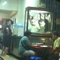 Photo taken at ข้าวมันไก่ เม้งเจริญโภชนา by .🎀👧Benz A. on 2/13/2012
