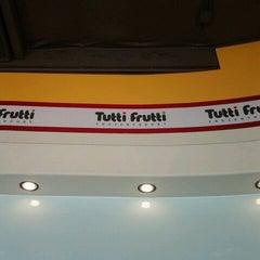 Photo taken at Tutti Frutti Frozen Yogurt by Steven T. on 5/9/2012