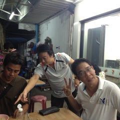 Photo taken at ข้าวต้มกระดูกหมูพัฒนาการ by จักรา ส. on 8/11/2012
