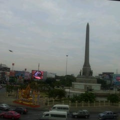 Photo taken at BTS อนุสาวรีย์ชัยสมรภูมิ (Victory Monument) N3 by Aphita N. on 12/16/2011