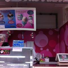 Photo taken at サーティワン アイスクリーム 海老名サービスエリア店 by Hide N. on 8/28/2011