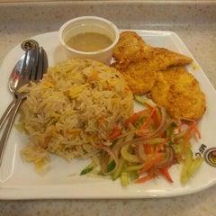 Photo taken at Muzdalfa Fried Chicken by Mohd Fazli Azran on 5/10/2012