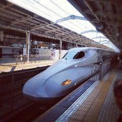 Photo taken at JR新大阪駅 21-22番ホーム by toshizai on 4/8/2012