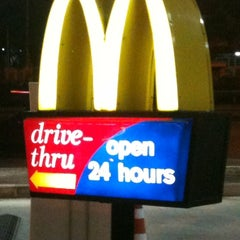Photo taken at McDonald's (แมคโดนัลด์) by tHe [B]esTz on 1/15/2011