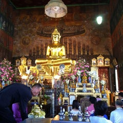 Photo taken at วัดระฆัง คณะ ๑ by Mai on 7/22/2012