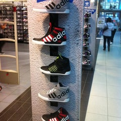Photo taken at Foot Locker by Dulalas sabado S. on 8/22/2012
