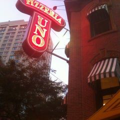 Photo taken at Uno Pizzeria & Grill - Chicago by Borracho R. on 7/21/2011