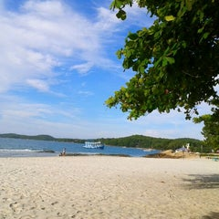 Photo taken at หาดทรายแก้ว (Sai Kaew Beach) by สุภาพร ป. on 4/6/2012