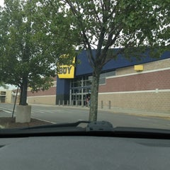 Photo taken at Best Buy by Andre on 8/14/2012