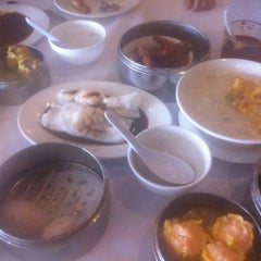 Photo taken at Lucky Star Seafood Restaurant by Quang N. on 6/30/2012