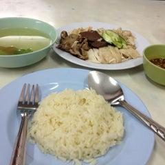 Photo taken at ข้าวมันไก่พลอยโภชนา by North on 6/30/2012