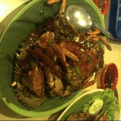 Photo taken at Raja-Raja Seafood by felicia e. on 4/8/2012