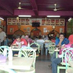 Photo taken at Matt Cafe by Mohd H. on 9/2/2012
