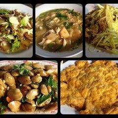Photo taken at ข้าวต้มราชวัตร by [L][!][n][h][s][a][y] on 8/3/2012