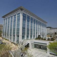 Photo taken at 연세대학교 삼성학술정보관 (Yonsei University Samsung Library) by Kyin L. on 4/13/2011
